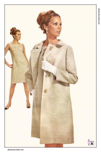 1960Corsetées depuis des siècles, les féministes scandent leurs premiers slogans et la femme, en quête de liberté, emprunte timidement les premiers accessoires du vestiaire masculin. Les motifs sont psychédéliques, le trench-coat se porte en toute saison et les cheveux sont courts.