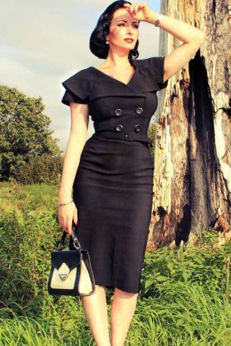 """1950Le """"New look"""" de Christian Dior redonnera aux femmes aisance et élégance après les restrictions de la guerre.Les fibres synthétiques telle que le polyester  et l'acrylique, se commercialisent, les pièces sont produites en grande quantité et à moindre coût. La guêpière, les portes-jarretelles, le soutien gorge satiné-conique et les talons aiguilles très hauts sont à la mode."""